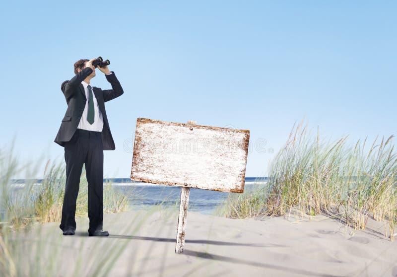 Download Biznesmen Trzyma Megatelescope Z Pustym Signboard Na Plaży Obraz Stock - Obraz złożonej z biznesmen, ocean: 41953599