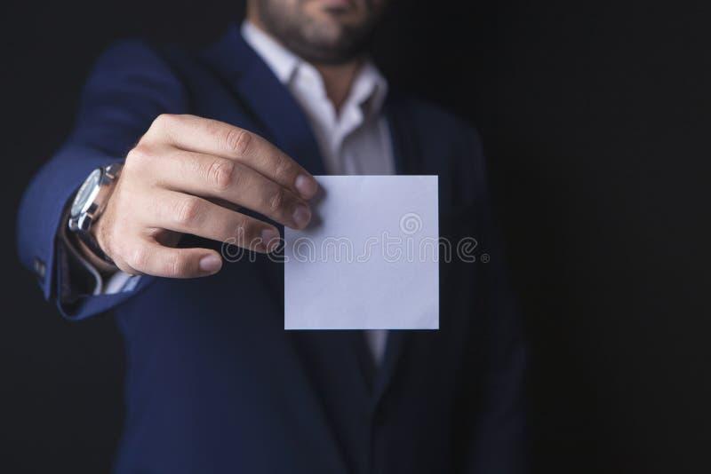 Biznesmen trzyma papier fotografia royalty free