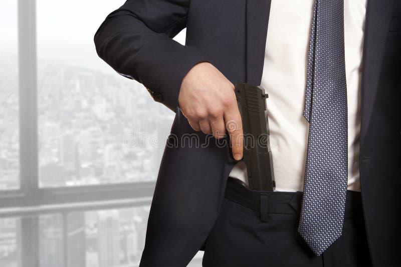 Biznesmen trzyma pistolet obrazy stock