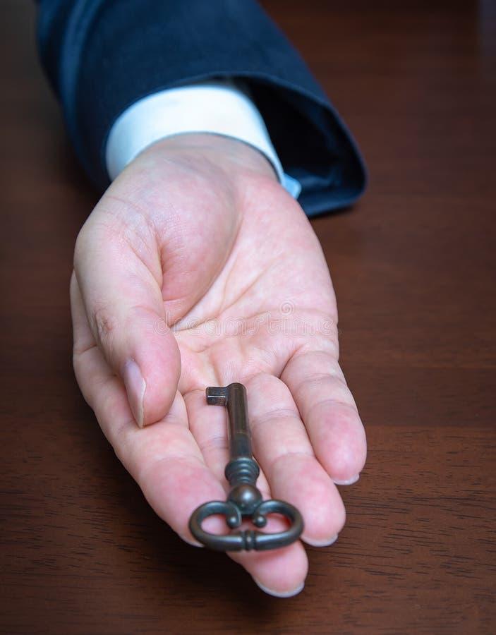 Biznesmen trzyma starego klucz kalkulator?w biznesowe pomys?y pieni?dze obrazy stock