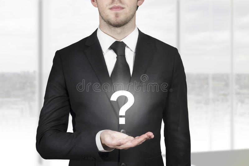 Biznesmen trzyma znaka zapytania fotografia stock