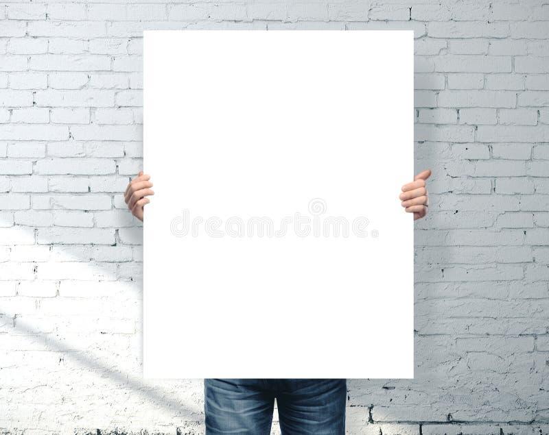 Biznesmen trzymający pusty baner obrazy stock