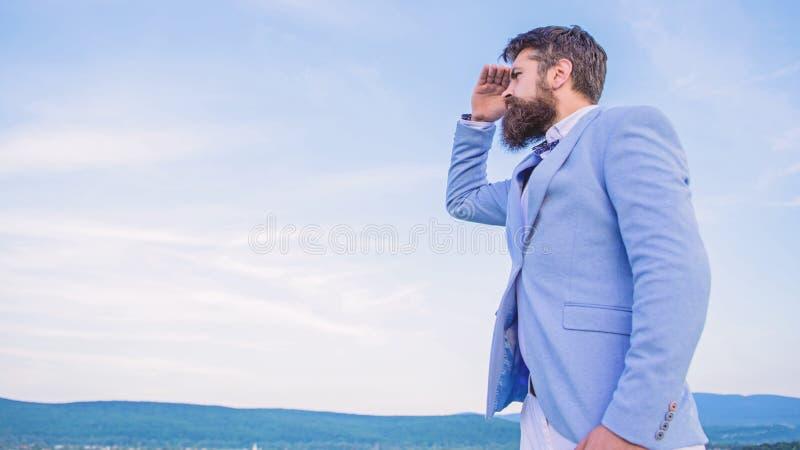 Biznesmen twarzy nieba brodaty t?o zmiana kursu Nowy biznesowy kierunek Szuka? sposobno?ci i nowy obraz stock