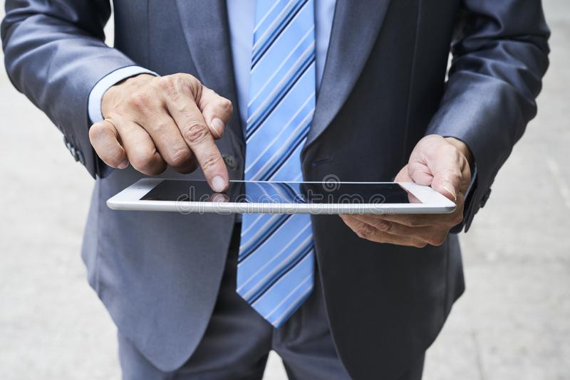 Biznesmen używa pastylka komputer osobisty fotografia royalty free