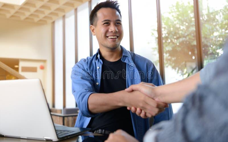 biznesmen uścisnąć ręki zdjęcia stock