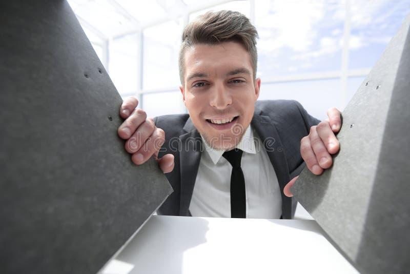 Biznesmen uśmiecha się dokumenty i trzyma w tle zdjęcia stock