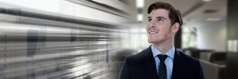 Biznesmen uśmiechnięty i przyglądający up w biurze z ruch przemianą obraz stock