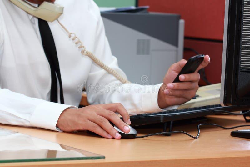 Biznesmen używać mądrze telefon podczas działania zdjęcia stock