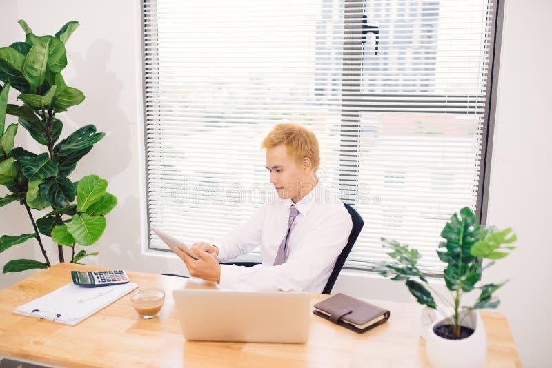 Biznesmen używa cyfrową pastylkę biurkiem zdjęcie royalty free