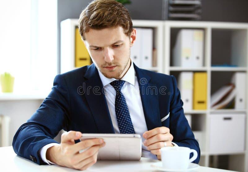 Biznesmen używa jego pastylkę obrazy stock