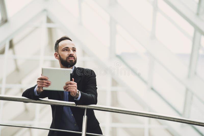 Biznesmen używa jego pastylkę w biurze zdjęcie stock
