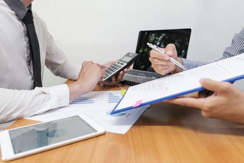 Biznesmen używa kalkulatora kalkulować liczby obraz royalty free