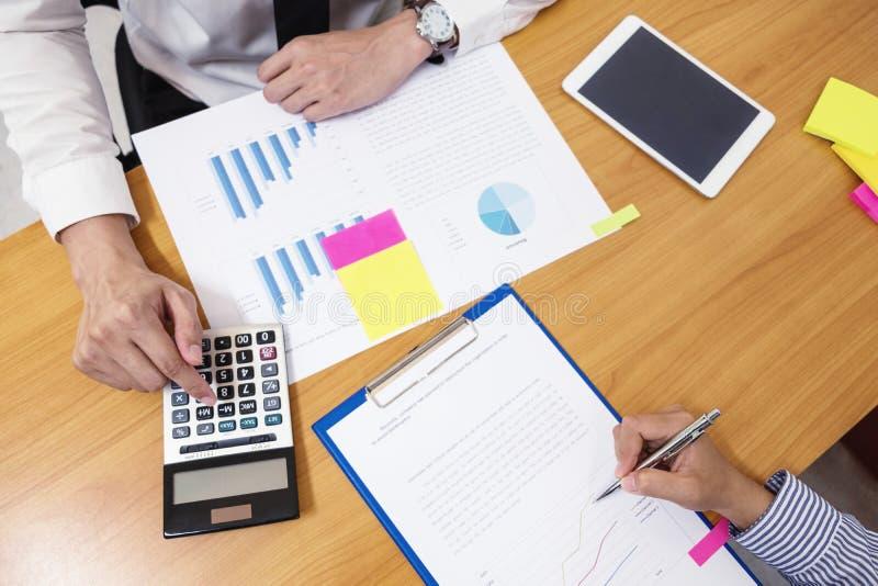 Biznesmen używa kalkulatora kalkulować liczby fotografia royalty free