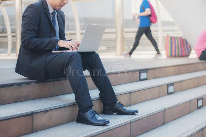 Biznesmen używa komputer na schodkach obraz royalty free