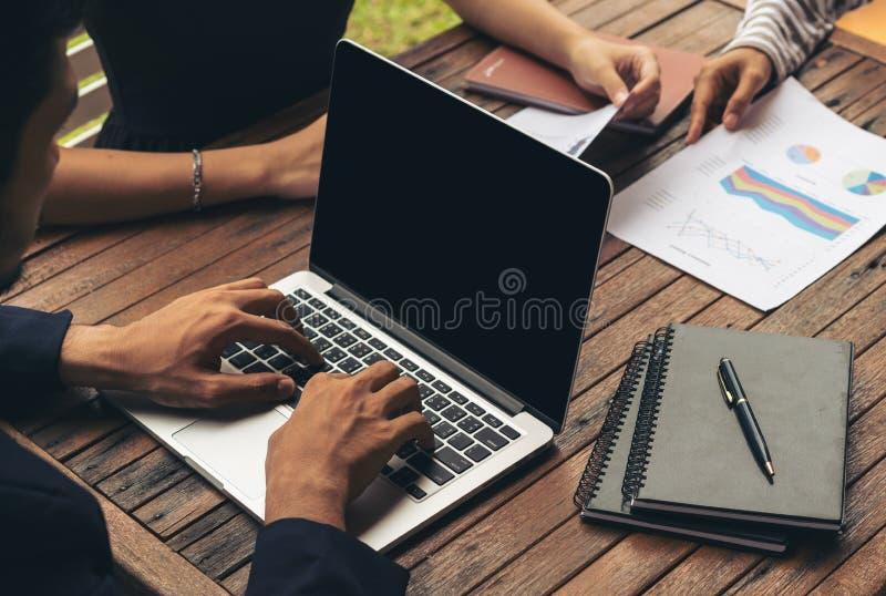 Biznesmen używa laptop w Biznesowym spotkaniu zdjęcia stock