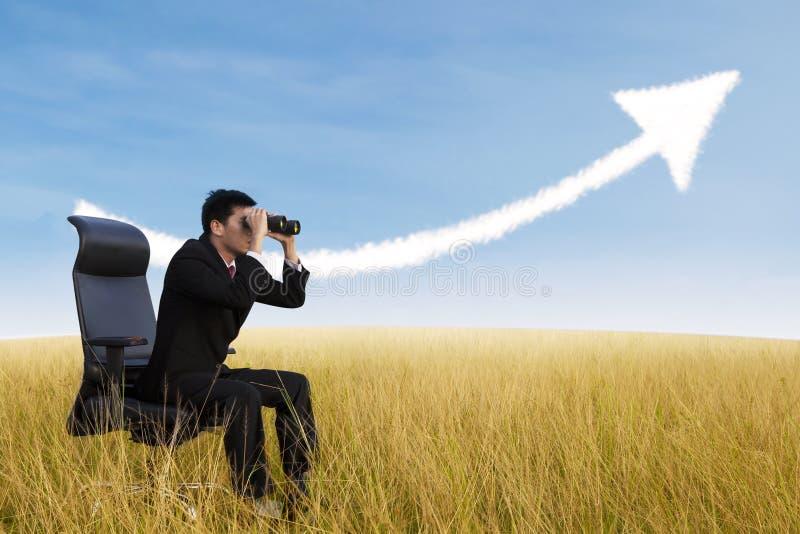 Biznesmen używa lornetki patrzeje dorośnięcie mapy chmurę zdjęcia stock