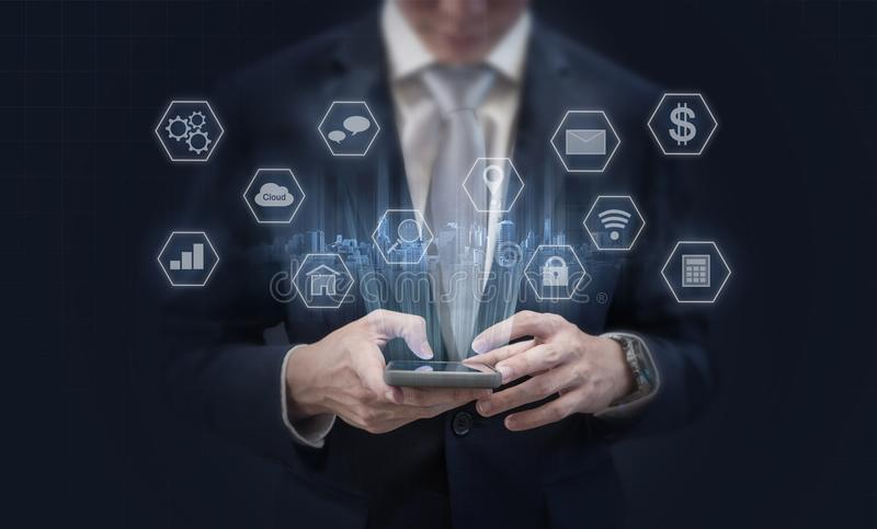 Biznesmen używa mobilnego mądrze telefon i podaniowe ikony Mobilny zastosowanie, ogólnospołeczni środki i handel elektroniczny te fotografia stock