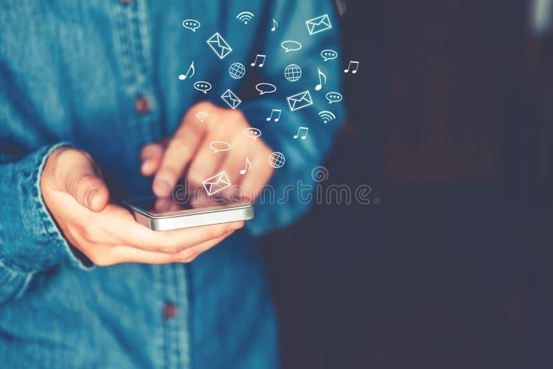 Biznesmen używa mobilnej online ikony networking ogólnospołecznego connectio obraz stock