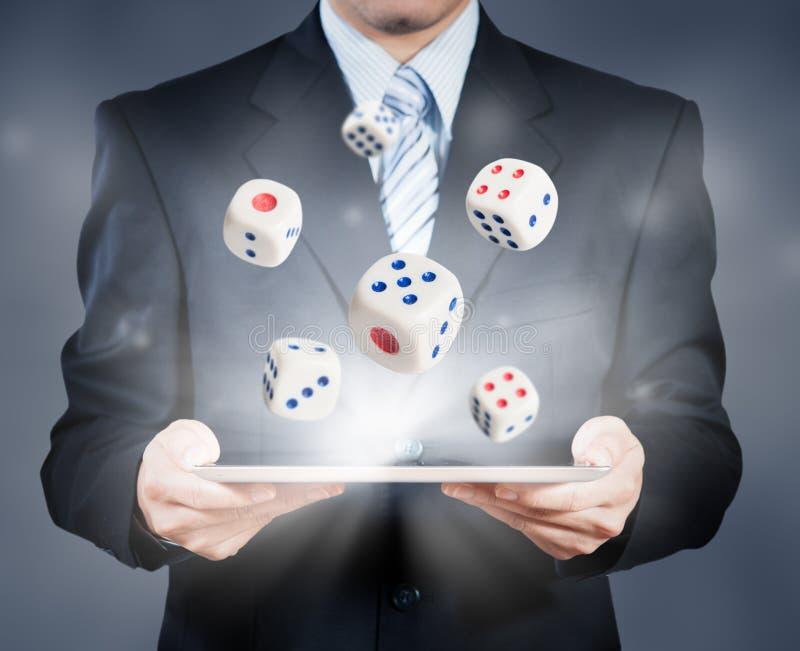 Biznesmen używa pastylkę pokazuje kostka do gry zdjęcia stock