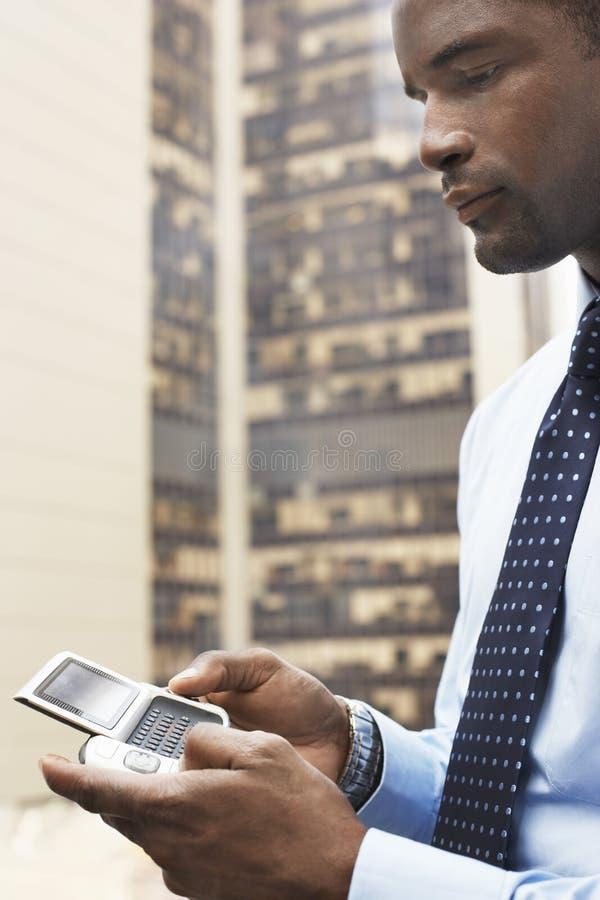Biznesmen Używa PDA Na zewnątrz budynku fotografia royalty free