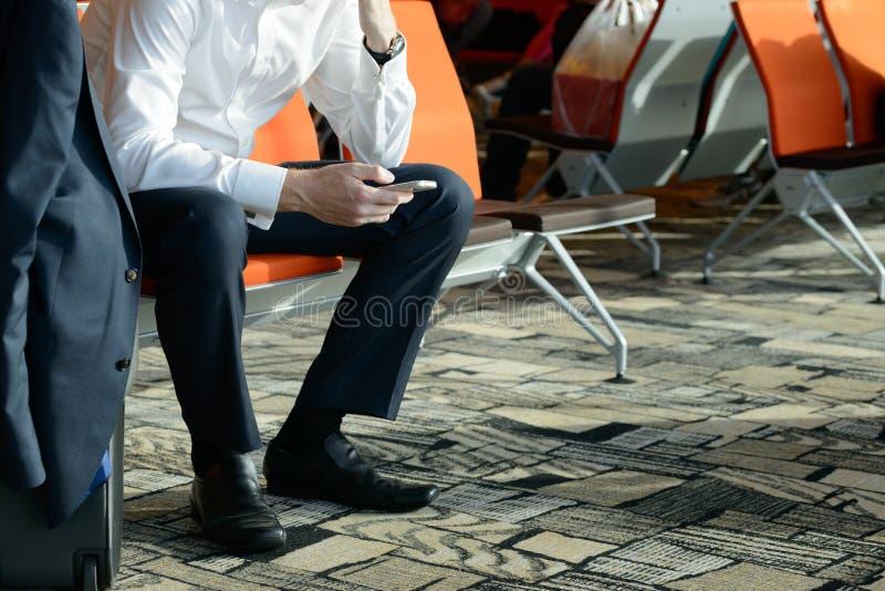 Biznesmen używa smartphone zdjęcie royalty free