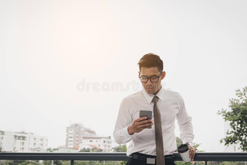 Biznesmen używa smartphone przed pracować w ranku zdjęcie royalty free