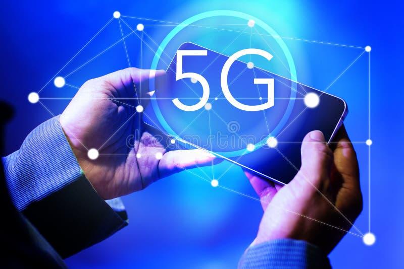 Biznesmen używa Smartphones z 5g prędkości Wysoką siecią, bezprzewodowymi systemami i połączenie z internetem technologią, Odizol obrazy stock