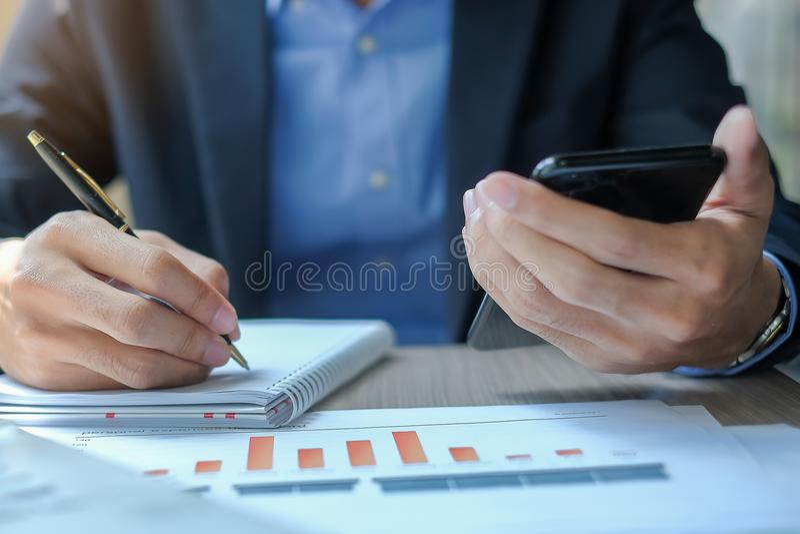 Biznesmen używa smatphone dla analiza maketing planu zdjęcia royalty free