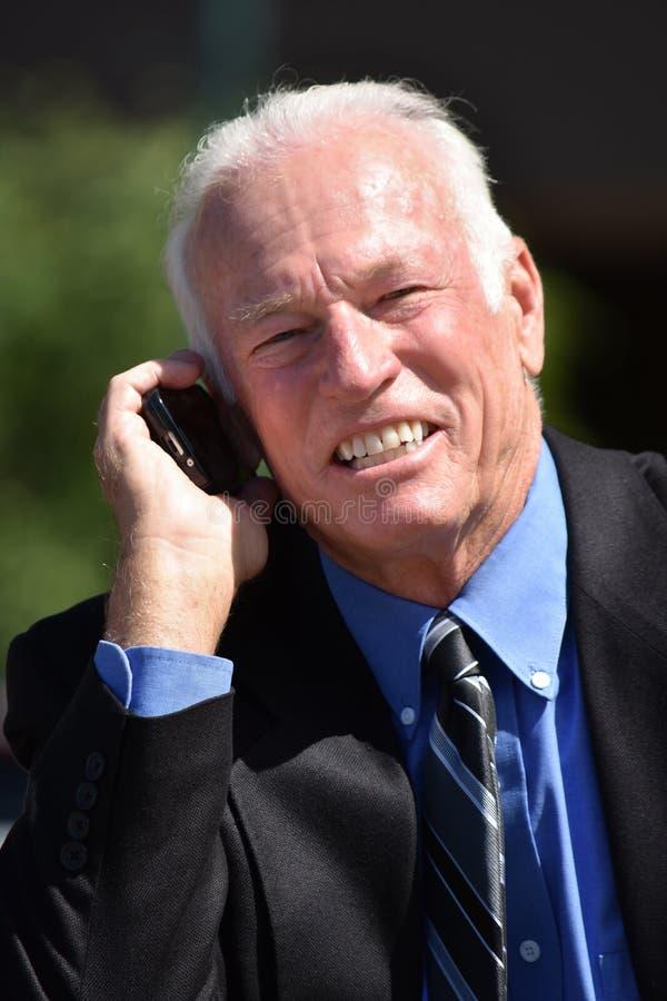 Biznesmen Używa telefon komórkowego I Szczęśliwy obraz royalty free