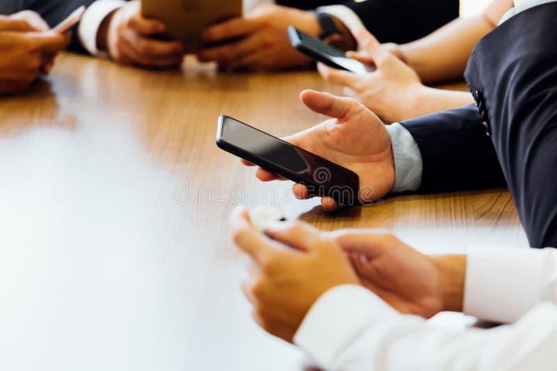 Biznesmen używa telefon podczas gdy czekać na stronę internetową lub app ładować w biurze obrazy stock
