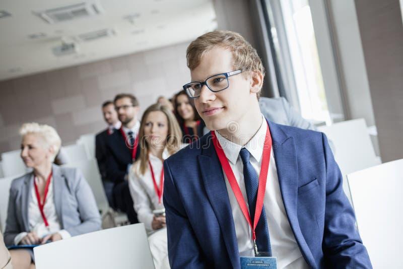 Biznesmen uczęszcza konwersatorium w convention center zdjęcia royalty free