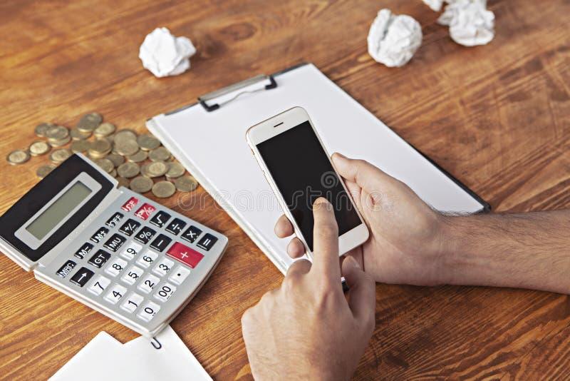 Biznesmen ukuwa nazwę kalkulatora telefon zdjęcia royalty free