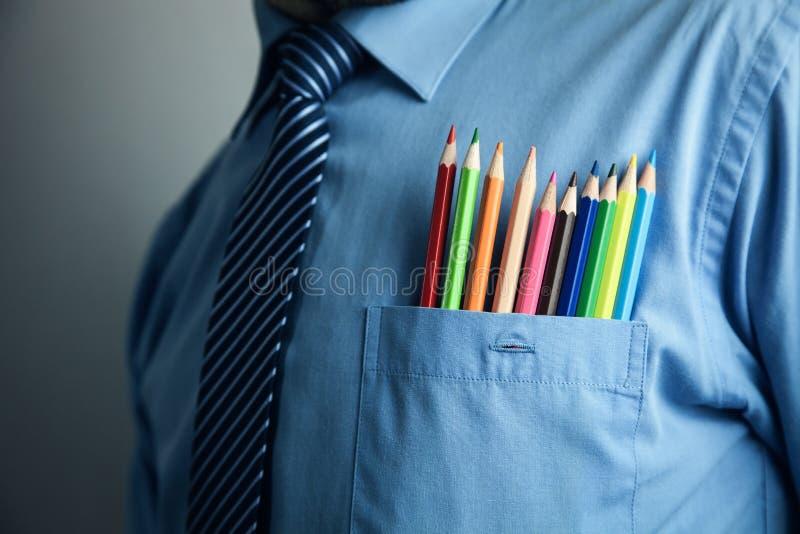 Biznesmen w błękitnej koszula z kolorowymi ołówkami w kieszeni zdjęcia stock