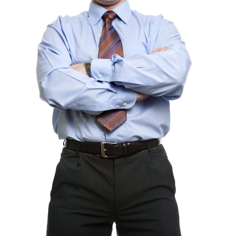 Biznesmen w błękitnych koszula stojakach z krzyżować fałdowymi rękami fotografia royalty free