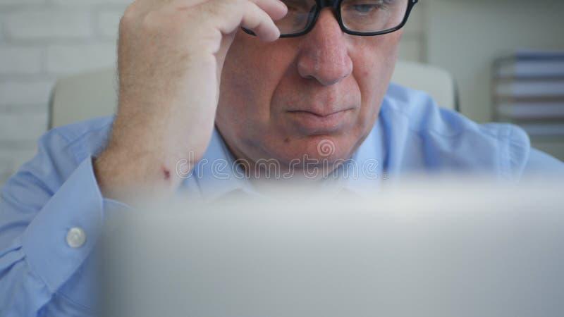 Biznesmen W Biurowej pracie Używa laptop robi Pieniężnym obliczeniom zdjęcie stock