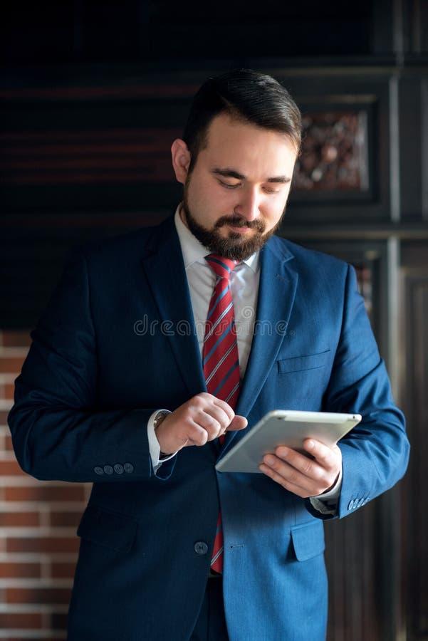 Biznesmen w biurowym działaniu na pastylce obrazy royalty free