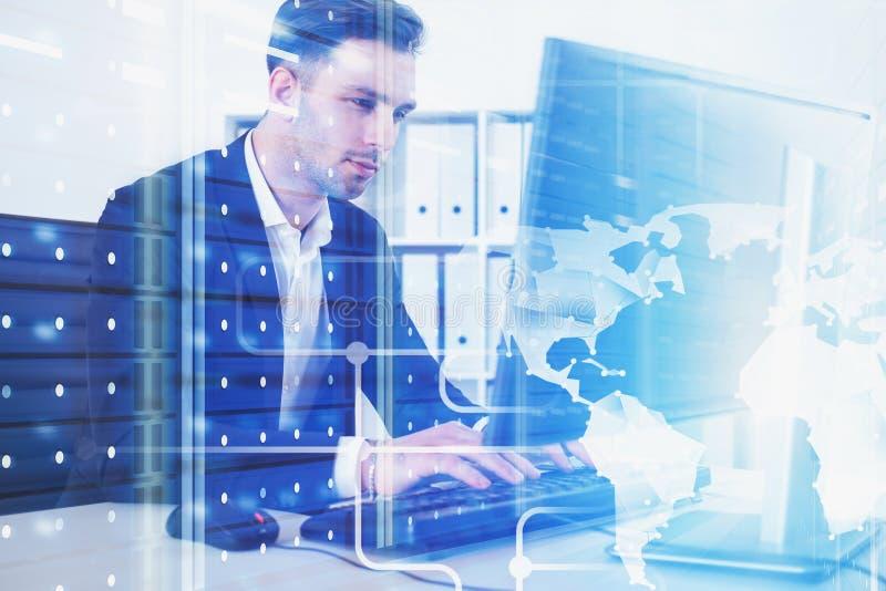 Biznesmen w biurze, globalna cyfrowa sieć zdjęcie stock