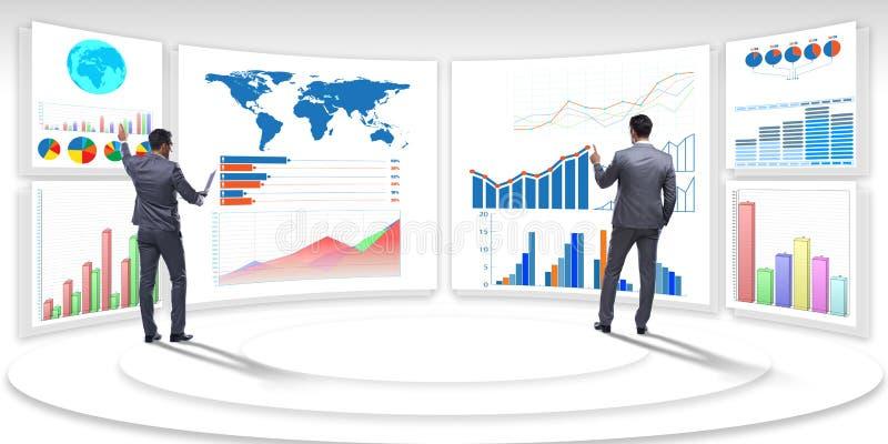 Biznesmen w biznesowym unaocznieniu i infographics pojęciu obrazy stock