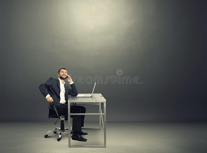 Biznesmen w ciemnym pokoju zdjęcie royalty free