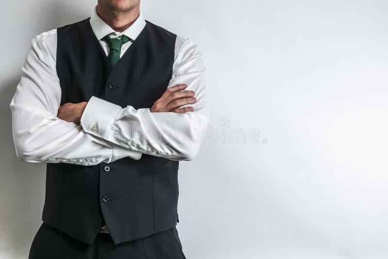 Biznesmen w czarnej kamizelkowej kamizelce, białej koszula i krawacie, zdjęcie stock