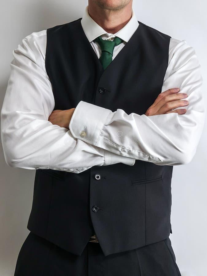 Biznesmen w czarnej kamizelkowej kamizelce, białej koszula i krawacie, obrazy royalty free