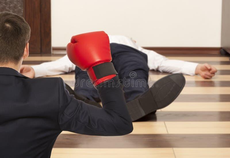 Biznesmen w czerwonych bokserskich rękawiczkach fotografia royalty free