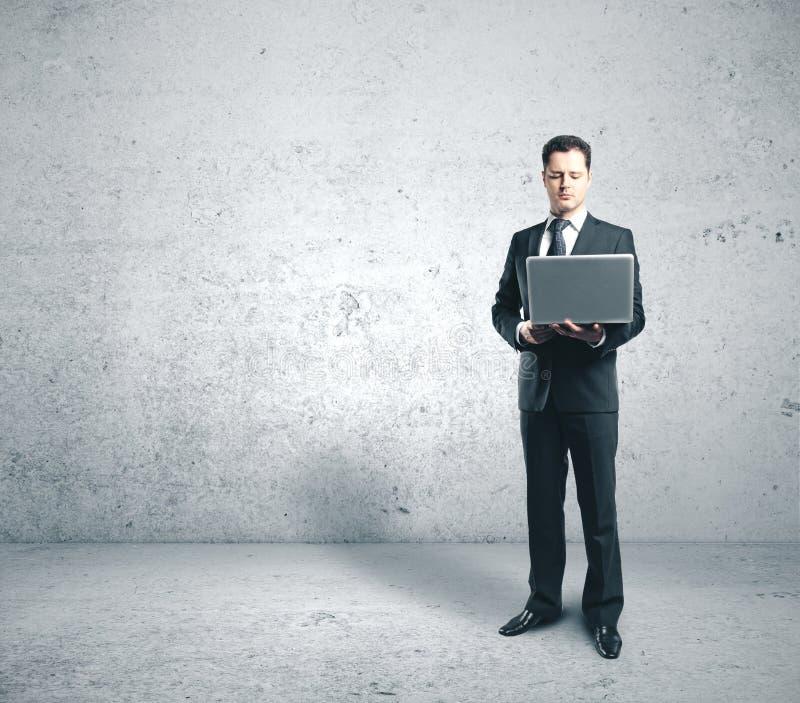 Biznesmen w garniturze trzymający notebook z osobnym wnętrzem zdjęcie stock