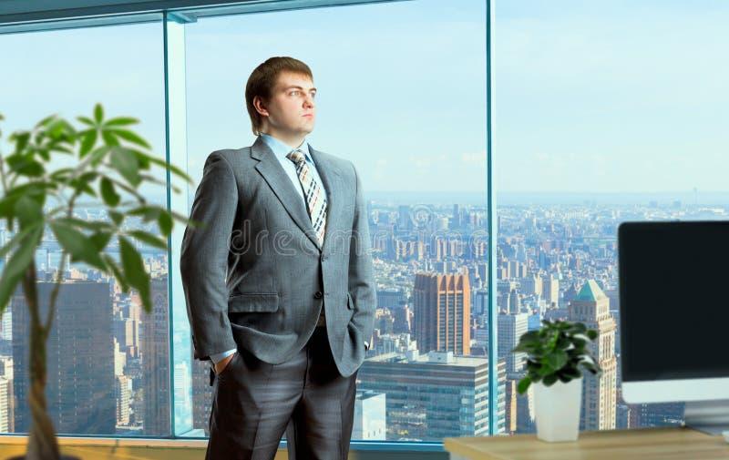 Biznesmen w kostiumów stojakach po środku biura fotografia stock