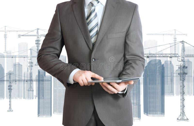 Biznesmen w kostiumu chwyta pastylki komputerze osobistym obrazy royalty free