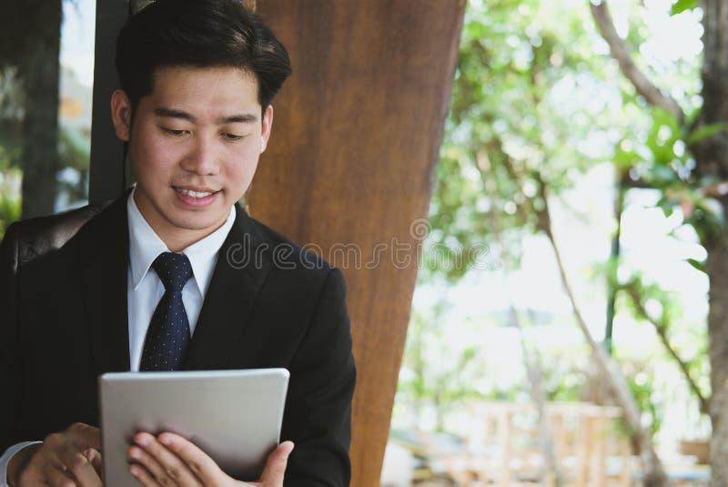 Biznesmen w kostiumu mienia touchpad podczas gdy stojący na zewnątrz buil zdjęcia stock