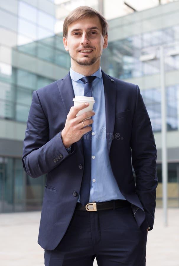Biznesmen w kostiumu z filiżanką kawy fotografia royalty free