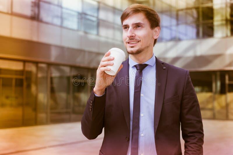 Biznesmen w kostiumu z filiżanką kawy obraz stock