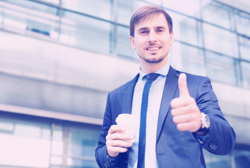 Biznesmen w kostiumu z filiżanką kawy zdjęcia royalty free