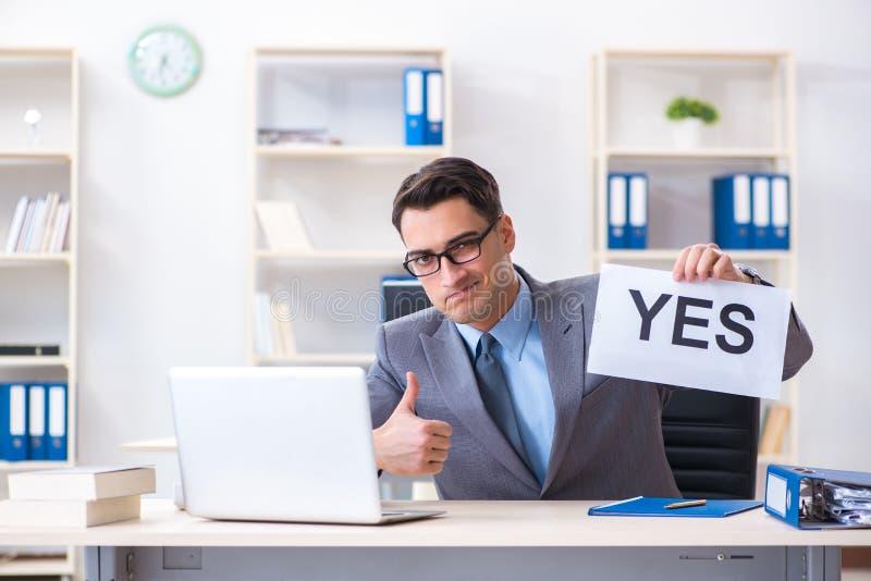 Biznesmen w pozytywnej tak odpowiedzi w biurze zdjęcie stock